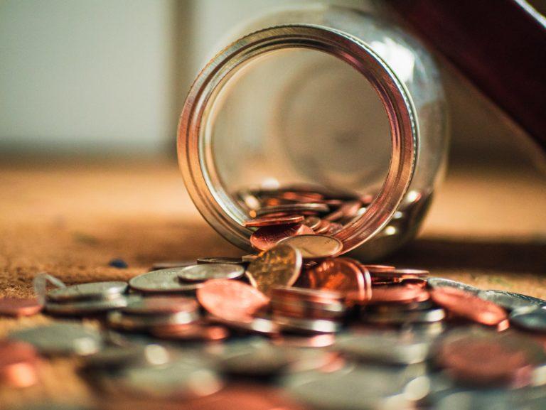 אוסף של מטבעות נשפך מצנצנת